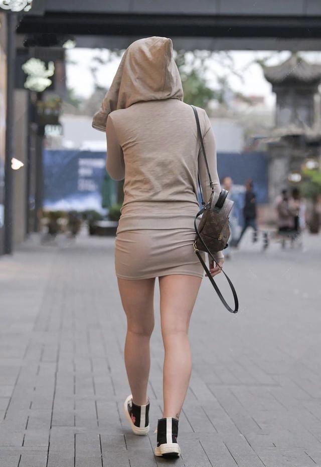 裙子配連帽衫引領了一種潮流的穿搭方式 第2张