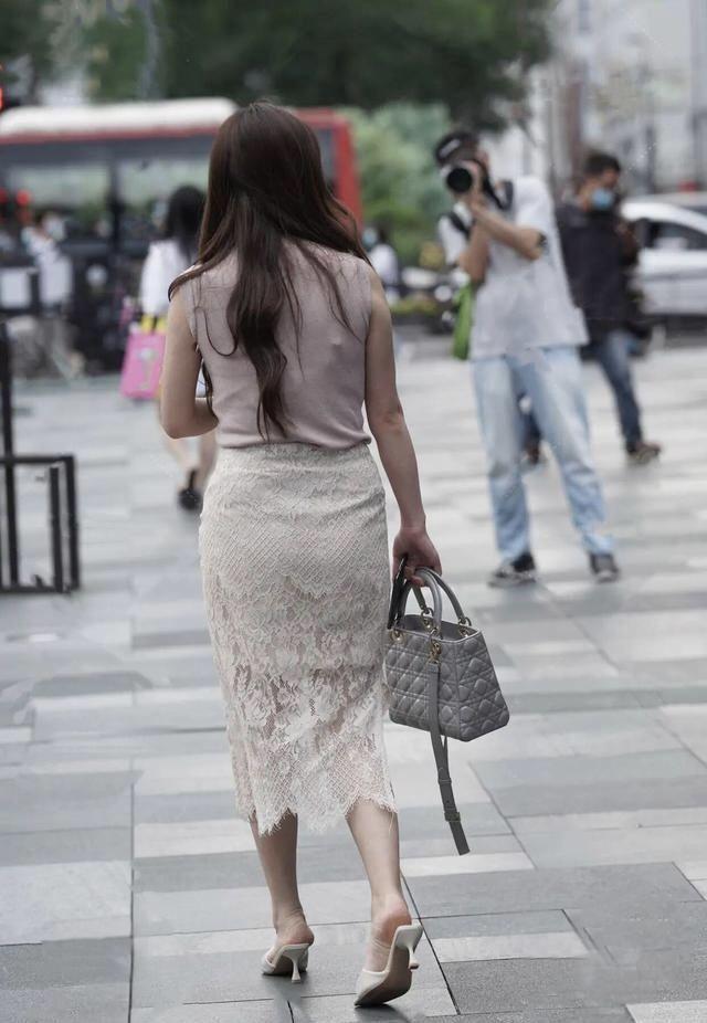 裙子配連帽衫引領了一種潮流的穿搭方式 第4张