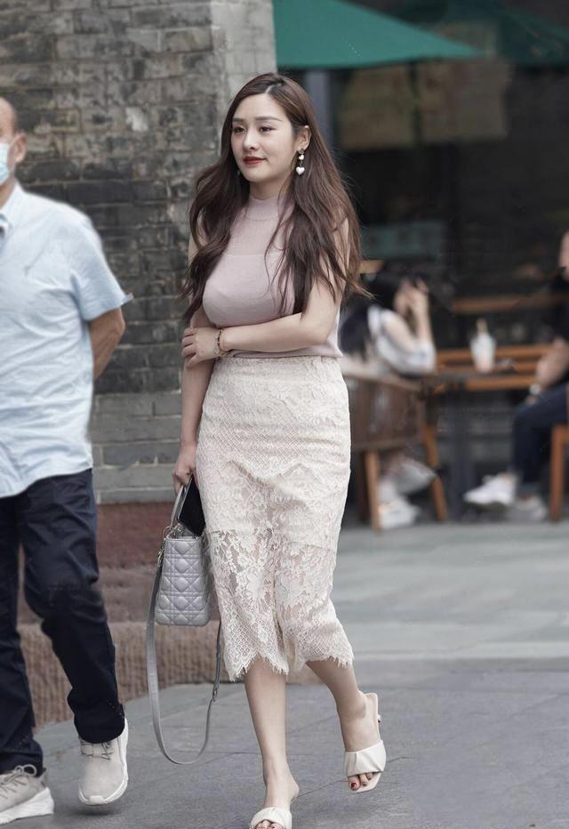 裙子配連帽衫引領了一種潮流的穿搭方式 第6张