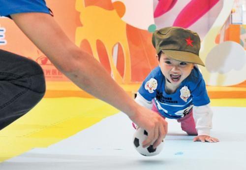 孩子爬行敏感期錯過很可惜,5種姿勢助力寶寶學爬行 第4张