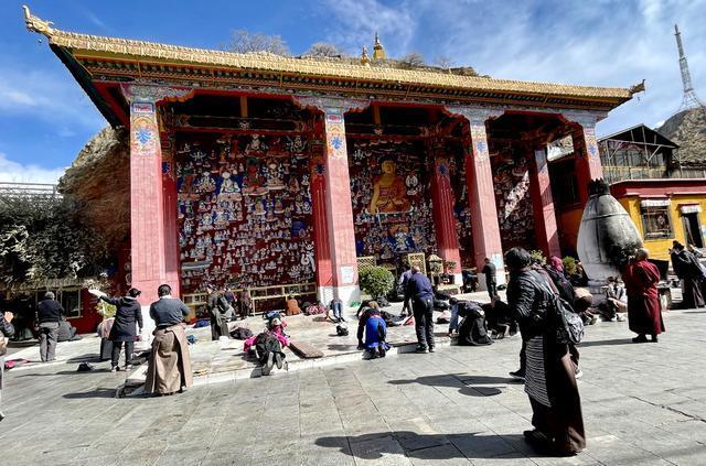 拉薩城內最特別寺院:香火旺盛,佛堂裏滿是濃濃的酒香 第1张