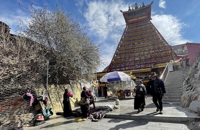 拉薩城內最特別寺院:香火旺盛,佛堂裏滿是濃濃的酒香 第2张