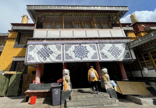 拉薩城內最特別寺院:香火旺盛,佛堂裏滿是濃濃的酒香 第5张