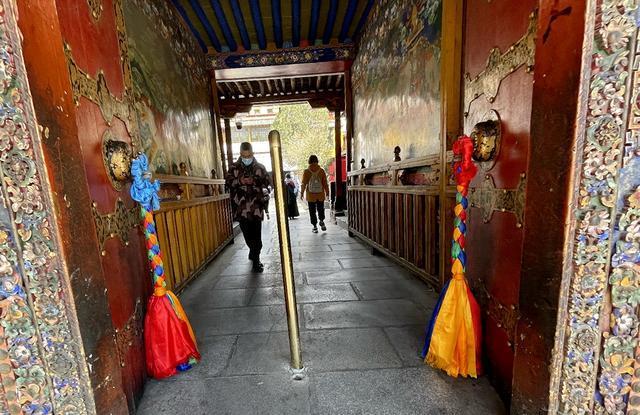 拉薩城內最特別寺院:香火旺盛,佛堂裏滿是濃濃的酒香 第6张