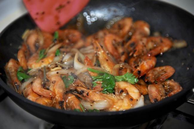 大蝦好吃的做法,加入黑胡椒燉煮入味,鮮美可口 第11张