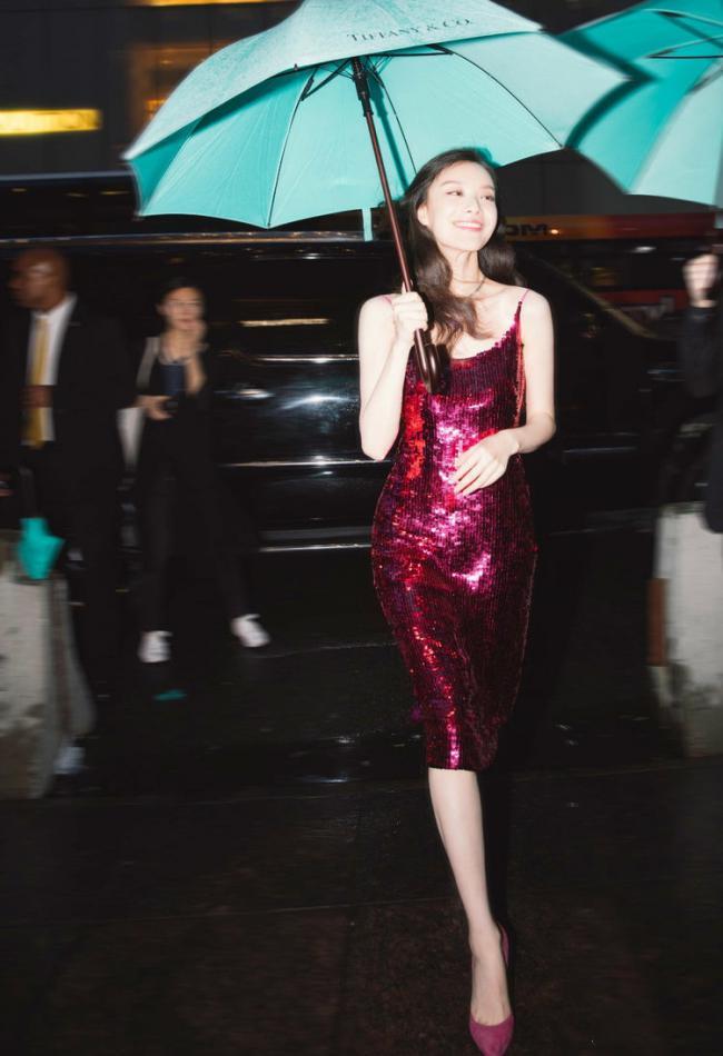 吊帶裙的魅力,倪妮穿亮片款性感撩人,周冬雨更有少女感 第1张