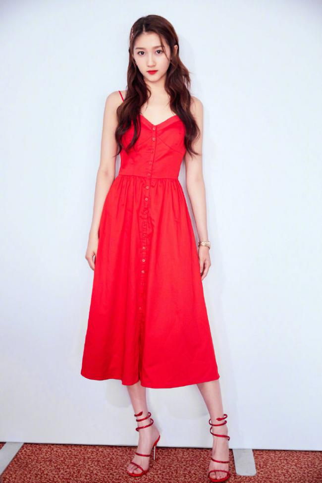 吊帶裙的魅力,倪妮穿亮片款性感撩人,周冬雨更有少女感 第5张