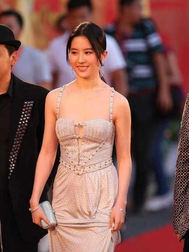 劉亦菲穿一身吊帶款式連衣裙大秀好身材 第1张