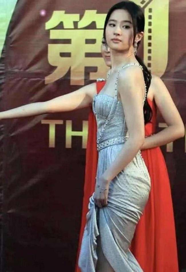 劉亦菲穿一身吊帶款式連衣裙大秀好身材 第3张