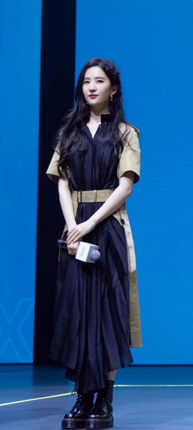 劉亦菲穿一身吊帶款式連衣裙大秀好身材 第6张